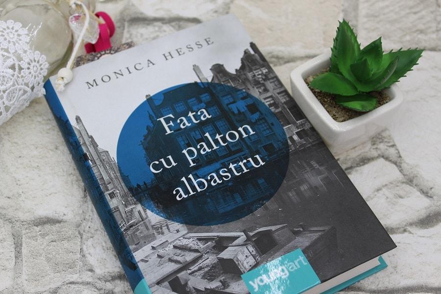 Fata-cu-palton-albastru-Monica-Hesse.jpg